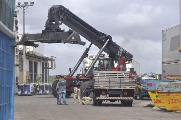 Agentes da PRF durante vistoria em caminhão no Porto de Natal