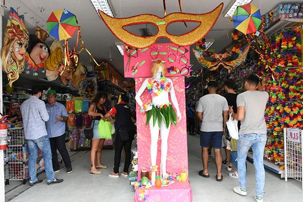 No Alecrim, tradicional bairro comercial de Natal, loja Ponto dos Botões é uma das mais visitadas nos dias que antecedem a folia