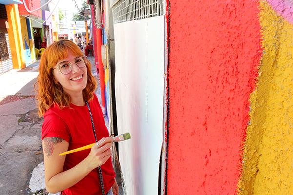 Designer Cecília Nóbrega é única mulher entre os grafiteiros