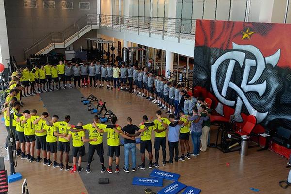 Atletas e comissão técnica fizeram orações em homenagens às vítimas do incêndio no CT do Flamengo