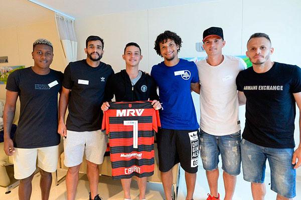 Jogadores do Flamengo visitaram Cauan, um dos sobreviventes, que teve alta do hospital, ontem