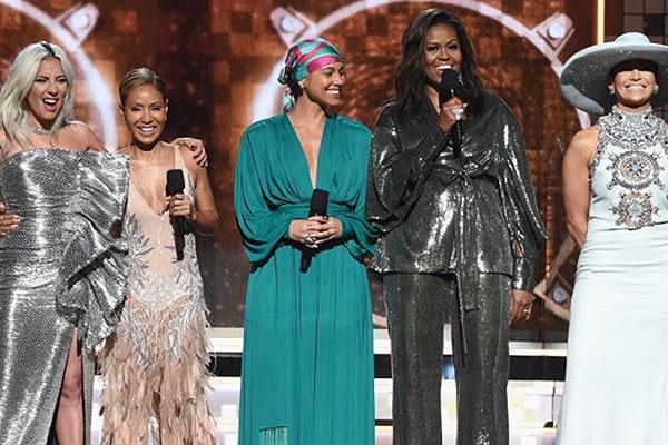 A ex-primeira-dama dos EUA, Michelle Obama surgiu ao lado de Alicia Keys, Lady Gaga, Jada Pinkett-Smith e Jennifer Lopez