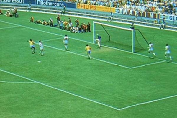 Gordon Banks, goleiro da seleção inglesa, realizou uma defesa na cabeça de Pelé na 1ª fase do Mundial de 70, no México