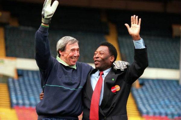Banks e Pelé durante reencontro, anos décadas depois da grande defesa do arqueiro inglês