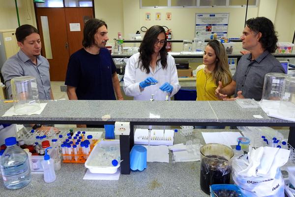 Pesquisa desenvolvida amplia a possibilidade de terapia direcional no tratamento do câncer usando quinoxalinas e nanopartículas de ouro.