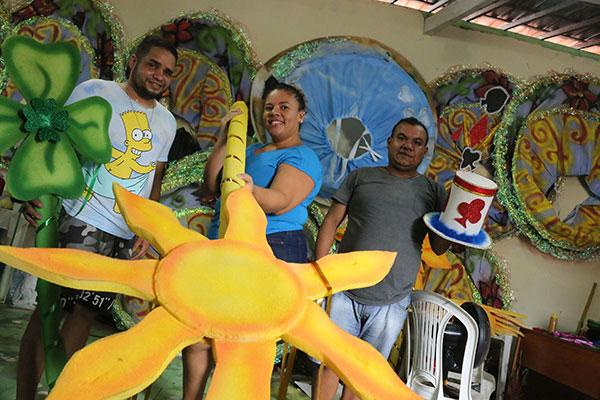 Larissa Lira e equipe do carnaval da Malandros do Samba, que já ocupa uma segunda sede, no primeiro andar do Grupo Araruna