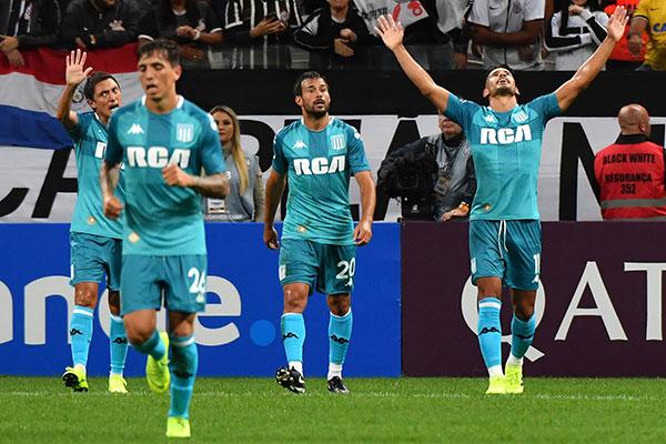 O ex-vascaíno André Rios levanta os braços para agradecer aos céus pelo gol  marcado 9a0516ff34c49