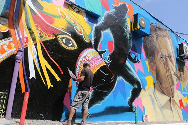 Artistas DiCesar Love e Lennon Lie finalizam seus trabalhos no Beco da Lama. O mutirão de arte foi inspirado em movimentos que ocorrem em grandes cidades