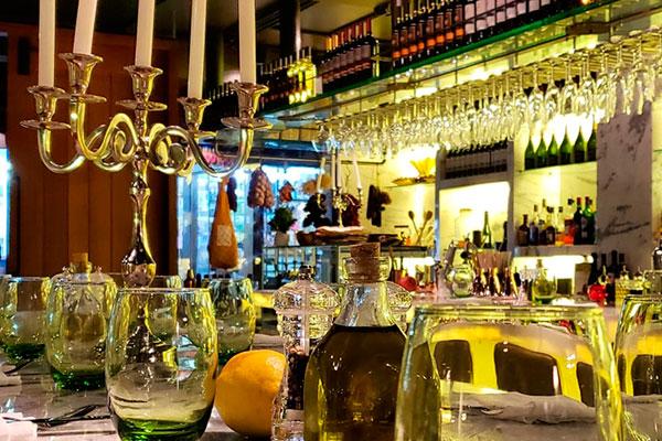 O Cicchetti é um ambiente que se adequa ao espírito cosmopolita de Pipa: elegante, clean e festivo, no qual o bar é sortido de cartas variadas e coquetelaria