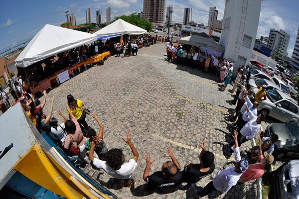 Protesto reuniu dezenas de pessoas na Central de Comercialização da Agricultura Familiar