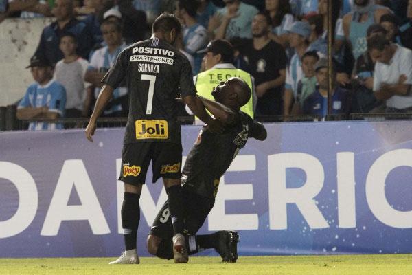 O atacante Vagner Love marcou o gol do Corinthians no empate contra o Racing, em Buenos Aires