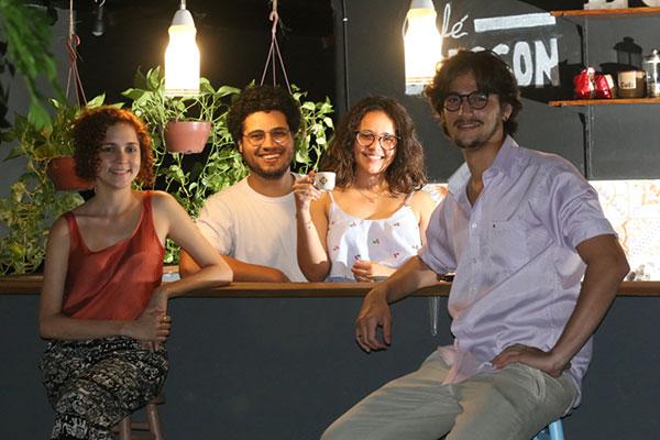 João Oliveira e Pedro Feitoza, dois estudantes de Direito apaixonado por fotografia, se uniram a Maria Luiza Trindade e Paula Lira para criar A Margem