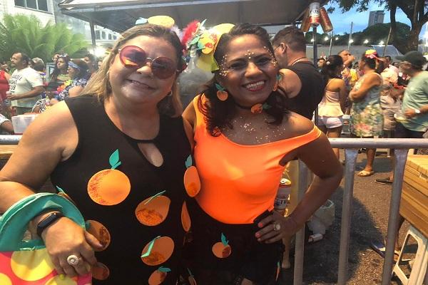 As pedagogas Luciana Xavier e Shirlaine Freitas, ambas de 47 anos abordaram tema político