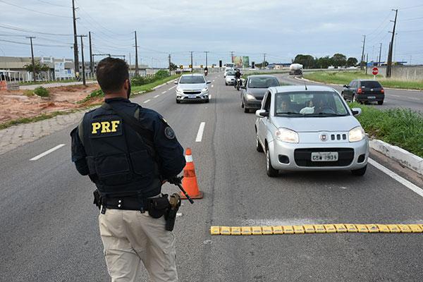 PRF fiscalizou 5.677 veículos, 2.304 motoristas foram submetidos ao teste do bafômetro, dos quais 81 foram autuados