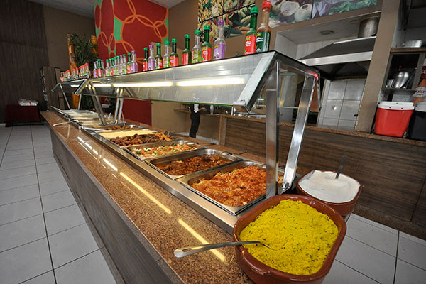 Buffet de culinária variada, vai do temático aos clássicos da cozinha brasileira