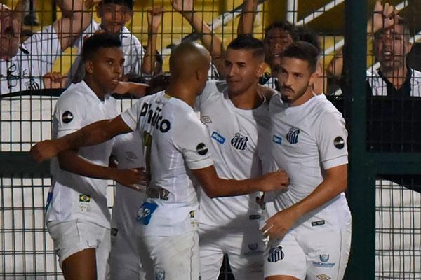 Jovens santistas comemoram gol sobre o América, no Pacaembu