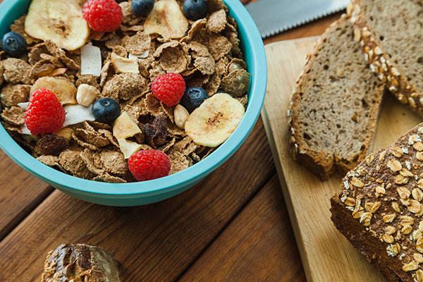 Fibras se dividem em solúveis e insolúveis, encontradas em grãos, pães integrais, frutas, vegetais e cereais