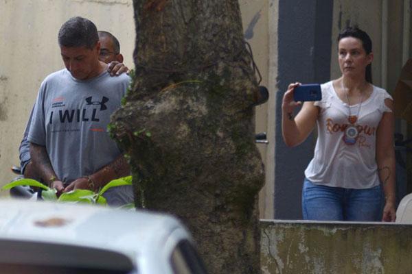 Ronnie Lessa, suspeito do assassinato da vereadora Marielle Franco, é escoltado por um policial ao deixar Departamento de Homicídios para prestar depoimento