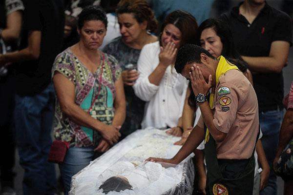 Velório de quatro estudantes e das funcionárias da escola mortas no atentado levou mais de cinco mil pessoas ao ginásio da cidade