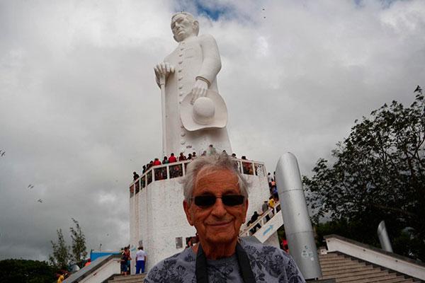 Fernando Gabeira no monumento de Padre Cícero, no alto da Serra do Catolé