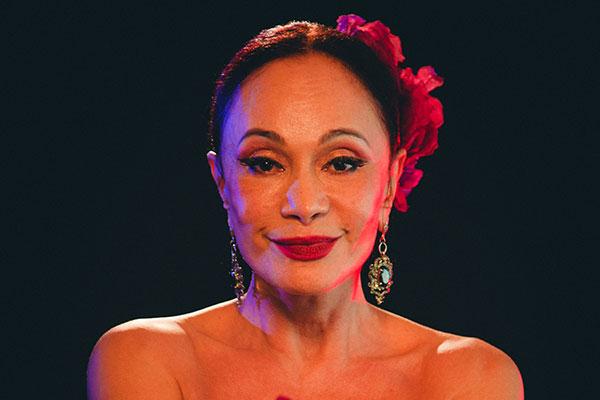 Tânia Alves presta homenagem aos cantores românticos latinos em show neste sábado, no Teatro Riachuelo