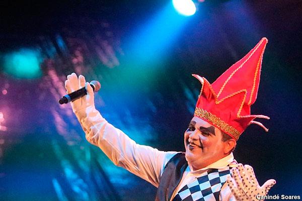 O cantor e compositor Ivando Monte, de Arlequim, é finalista com marchinha e fantasia