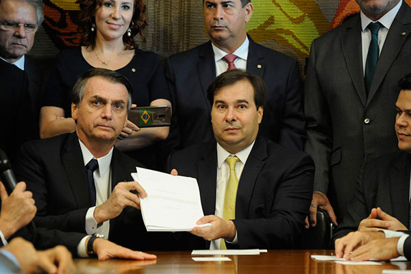 Resultado de imagem para Acordo entre Maia e Bolsonaro pretere pacote anticrime
