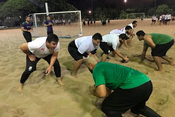 Os jogadores realizam treinos específicos de força em campos de areia, além de outros trabalhos