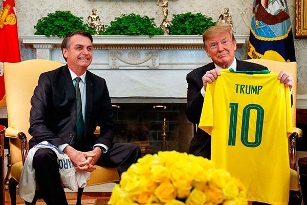 Presidentes, em gesto de gentileza e proximidade, trocaram camisetas das seleções brasileira e americana de futebol na Casa Branca