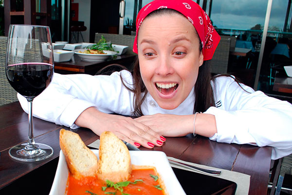 Fernanda Tartoni prepara o tortelini de massa de erva-mate