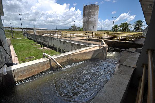 Para garantir que a água para o abastecimento esteja segura ao consumo humano, ela é tratada em Estações de Tratamento de Água