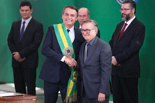 Bolsonaro confirmou que irá se reunir com titular do MEC, Ricardo Vélez, enquanto equipe do Planalto busca possível substituto