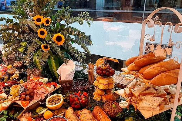 Platters For You também prepara grandes porções, compondo um buffet