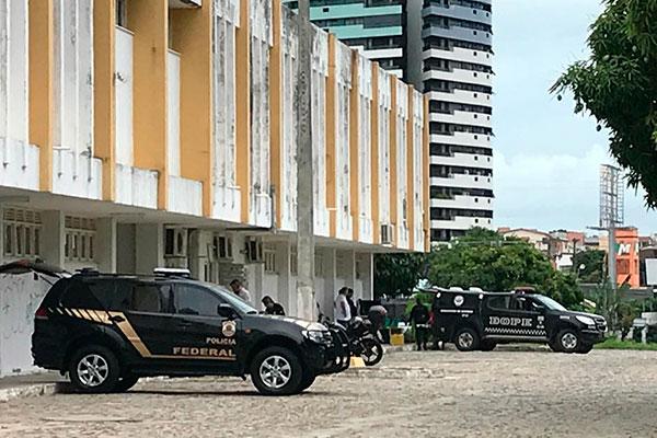 Policiais federais e do BOPE estão fazendo buscas no prédio do Deart