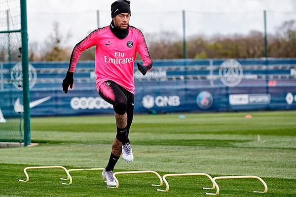 Neymar fez a rotina física completa e também treinou com bola