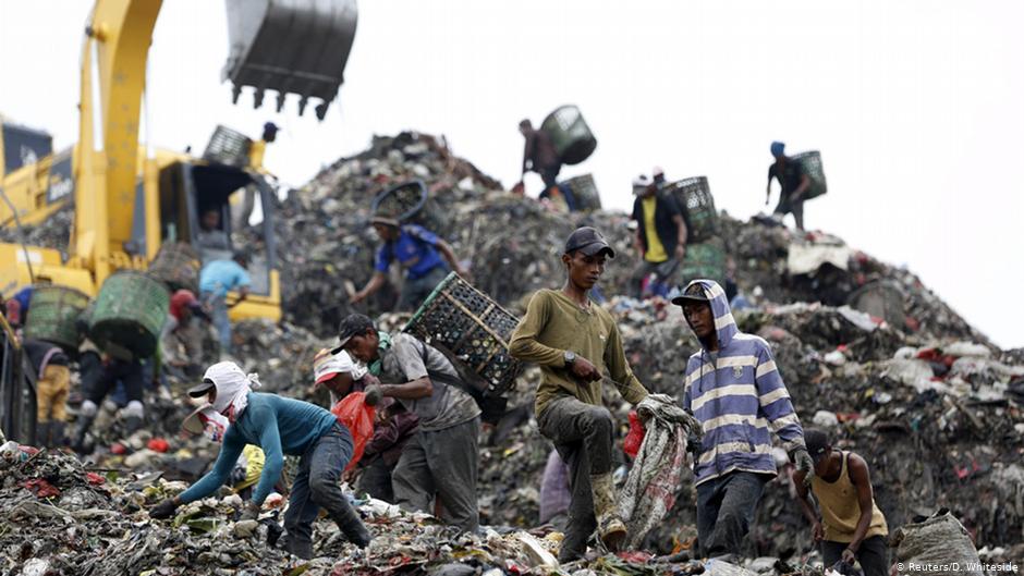 Trabalhadores em lixão na Indonésia. País introduziu restrições à importação de lixo após decisão da China