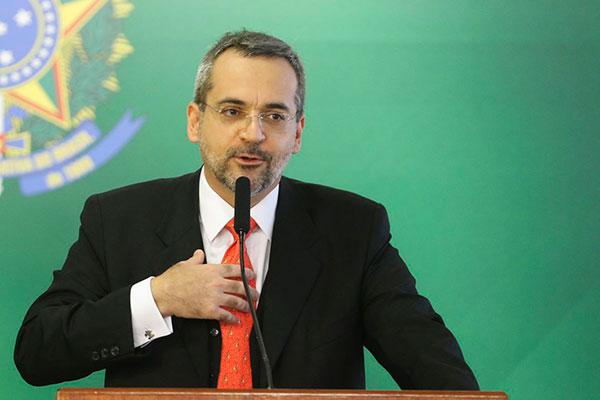 Novo ministro assumiu o Ministério da Educação nesta terça-feira