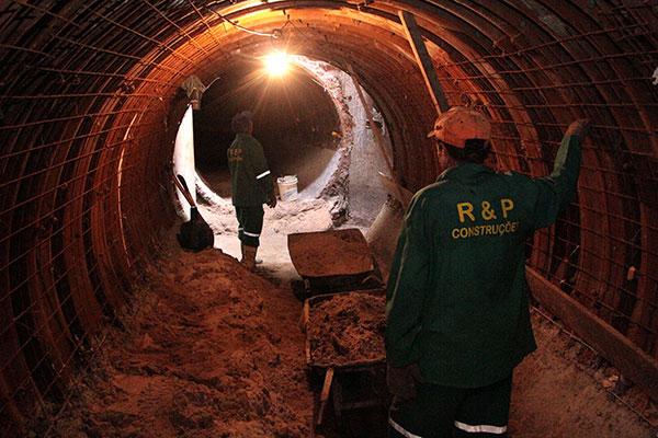 Nesta terça-feira (9) operários fizeram limpeza no túnel que vai levar água da chuva para a lagoa do Centro Administrativo