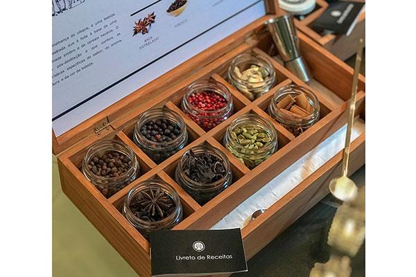 As especiarias mais tradicionais no preparo de drinks são anis estrelado, cardamomo, canela, gengibre, hibisco, pimenta jamaica, pimenta rosa e zimbro