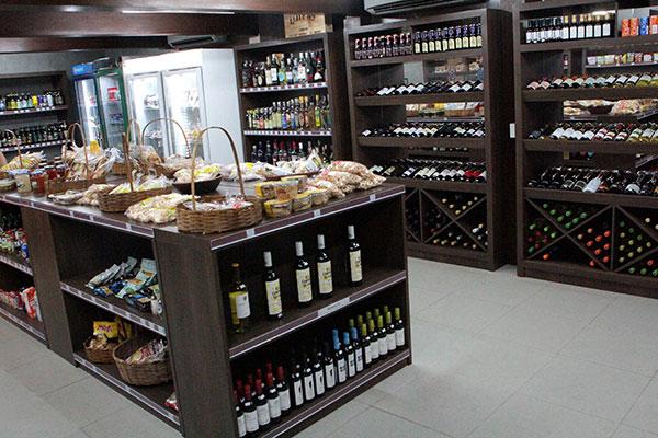 Vinhos, cervejas, cafés e biscoitaria regional dividem prateleiras