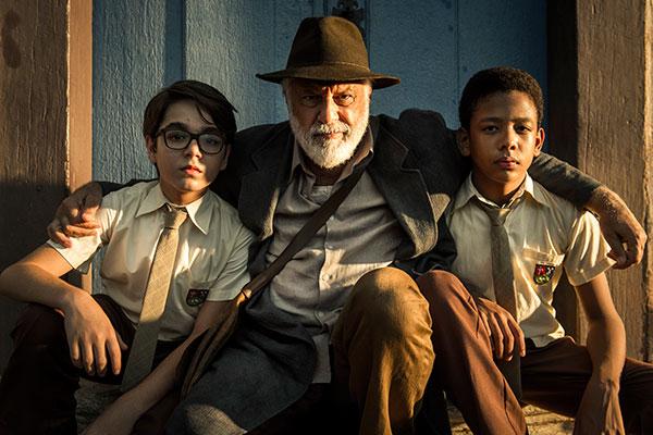 Os meninos Eduardo (Xande Valois) e Paulo (João Gabriel DAleluia) se unem a Ubiratan Duarte (Antônio Fagundes)