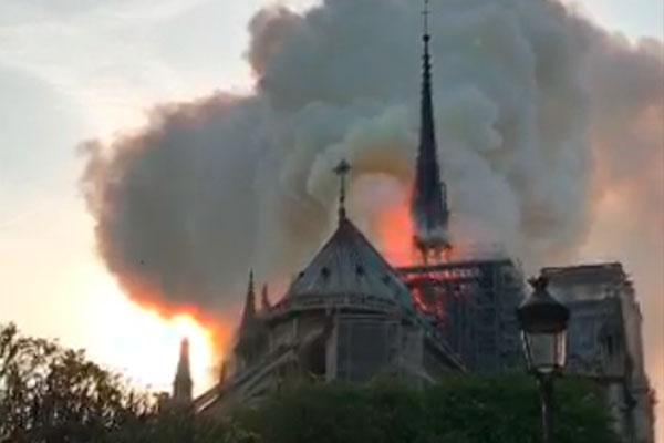 Incêndio começou pouco antes das 19h, no horário local