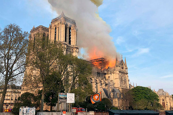 Catedral teve construção iniciada em 1160 e é um dos símbolos históricos da capital francesa