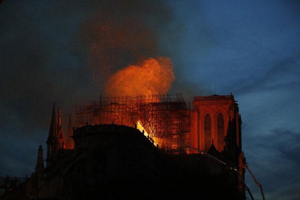Catedral de Notre-Dame em chamas na cidade de Paris, França