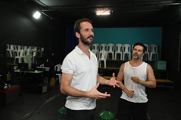 Rogério Ferraz, ator premiado pelo APCA, e o também ator Davidson Lacerda, mostram a sala do Estação, ambiente utilizado para espetáculos no TCESOL. O palco tem 46 lugares e recebeu concessão para uso de alguns equipamentos do Sandoval Wanderley
