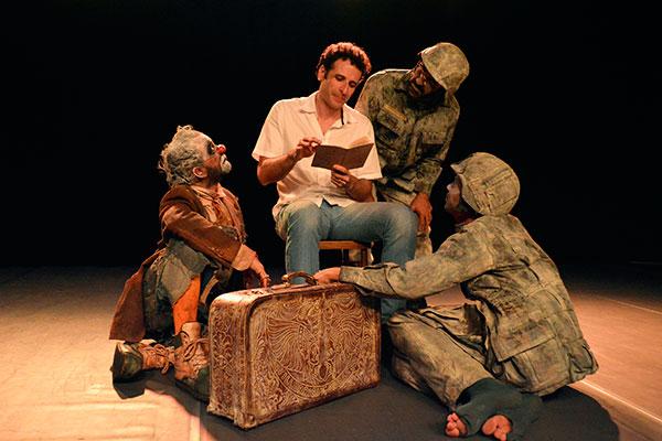 Grupo Estação de Teatro, em foto com o dramaturgo César Ferrario, no premiado Guerras Formigas e Palhaços