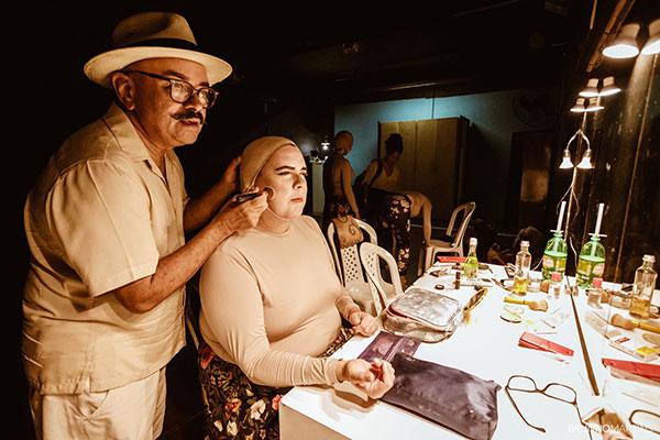 O cenógrafo João Marcelino e o ator Marcílio Amorim em ensaio geral de Meu Seridó, no espaço da Casa de Zoé