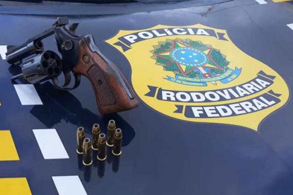 Com o homem, os agentes da PRF apreenderam um revólver calibre 38 e seis munições do mesmo calibre