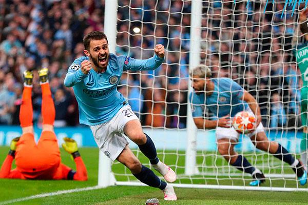 Jogadores do Manchester City festejaram o gol da vitória, mas não foi o suficiente para classificar
