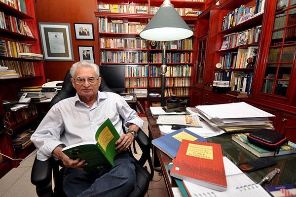 Perto de completar 80 anos, economista e historiador Tomislav Femenick comemora seu 55º livro